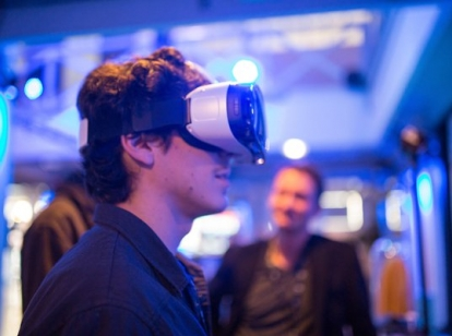 foto jonge man met VR-bril